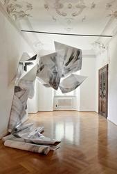 Michael Wittassek, o.T., 2017, Installation, Fotopapier, Draht, je 181x112cm, Foto: MW