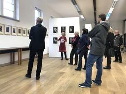 """Susann Hoch führt durch die Ausstellung """"Versus LAND_SICHTEN"""" (Foto: Harald Alff)"""