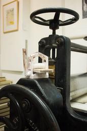 3D-Presse auf einer alten Breisch-Tiefdruckpresse, Foto: Sven Buchert