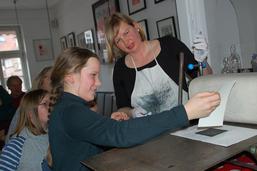 Druckvorführung Radierung, Foto: Susanne Laudien