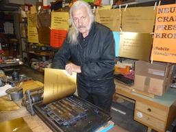 Vorführung von Buchdruck mit Goldfarbe, Foto: Gisela Gülpen