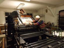 Christian Müller und Oliver Krieg an der Steindruckschnellpresse
