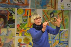 Die Künstlerin Eva Bruszis erklärt anhand eigener künstlerischer Arbeiten und Praxisbeispielen. (Foto: Mila Anding)