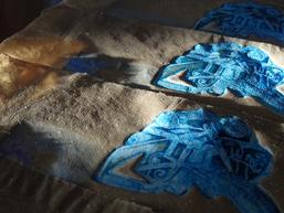 Radierung für Künstlerbuch Tau blau Dew blue auf taugeröstetem gehecheltem Flachspapier, © Barbara Beisinghoff