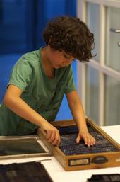 Ein junger Setzer bei der Arbeit. © Blinkfüer Handdruck